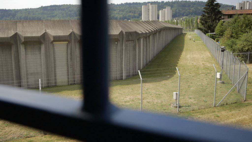 Laut dem Bundesgericht muss ein Neonazi, der 2012 im Zürcher Niederdorf einem Mann in die Brust schoss, nicht verwahrt werden. (Symbolbild)