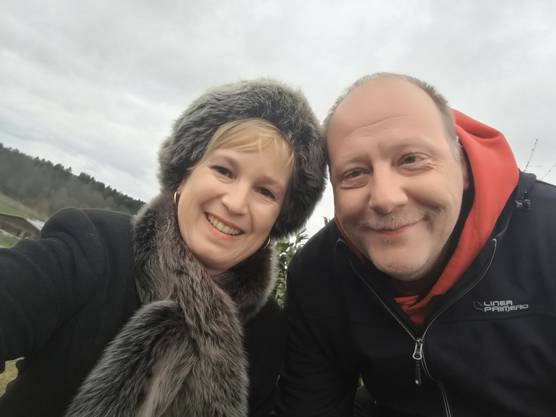 Isabell und Roger, im Hintergrund die Reithalle Holziken vom Panoramaweg fotografiert
