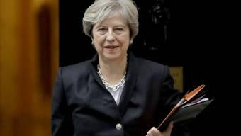 Die britische Premieministerin Theresa May auf dem Weg ins Parlament: Vor den Abgeordneten sagte sie am Montag in London, die Regierung treffe Vorbereitungen für einen EU-Austritt ohne ein Abkommen über die künftigen Beziehungen mit Brüssel.