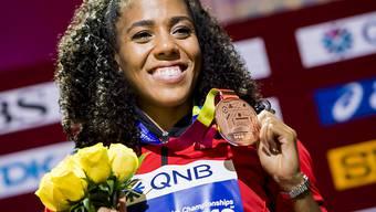 Mujinga Kambundji zeigt strahlend ihre Bronzemedaille
