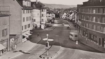Nachdem die Limmattal-Strassenbahn liquidiert wurde, verkehrten in Dietikon die ersten Busse, wie dieser, der 1931 auf dem Löwenplatz unterwegs war.