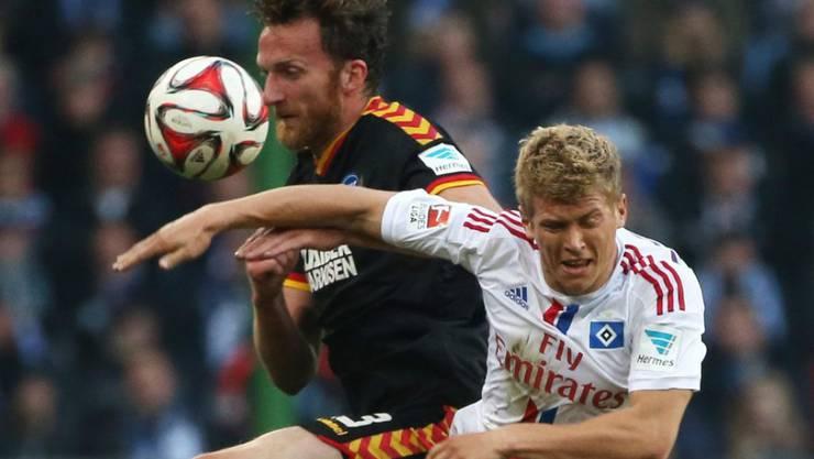 Hamburgs Matthias Ostrzolek (rechts) und Karlsruhes Dominic Peitz (links) kämpfen um den Ball.
