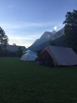 Letzte Nacht mussten die Jungs aus Platzgründen in Zelte ausweichen.
