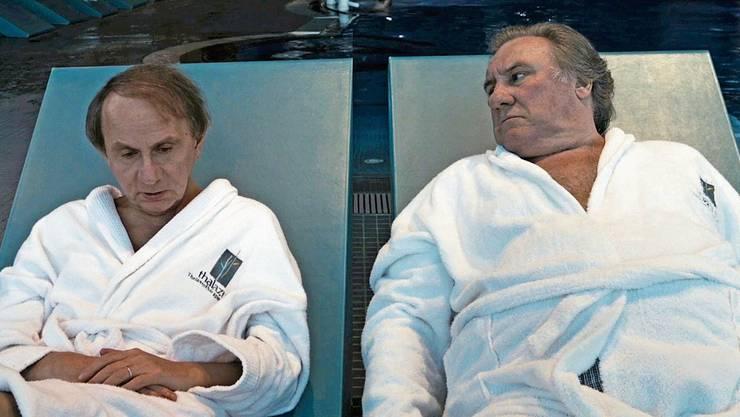 Michel Houellebecq (links) fantasiert von einer eigenen Kandidatur als französischer Präsident, Gérard Depardieu (rechts) reagiert mit ungläubigem Staunen.