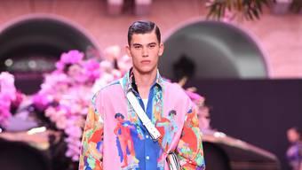 Wer langärmlige Hemden bevorzugt, findet extravagante Modelle bei Versace. (Preise ab Fr. 200.-)