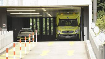 Sanitaets- und andere Fahrzeuge (Polizei ,Feuerwehr) bei der Notfallstation Unispital Basel.