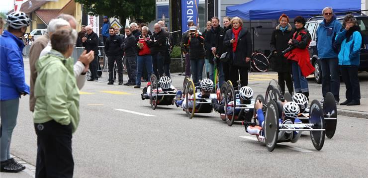 Zahlreiche Zuschauer verfolgen die Rennen.