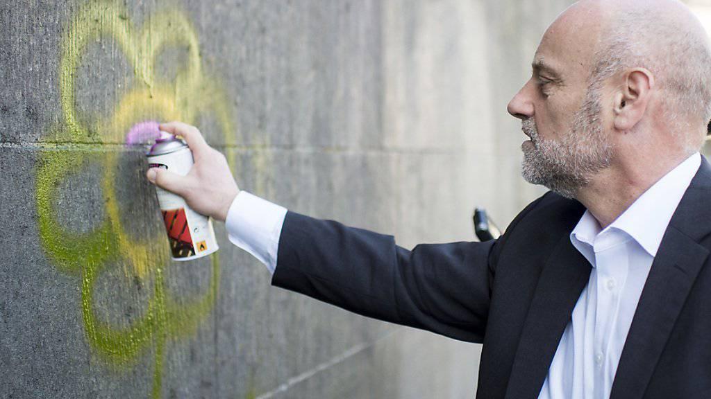 Der Zürcher Stadtrat André Odermatt demonstriert das neue Graffitischutz-System der Stadt.