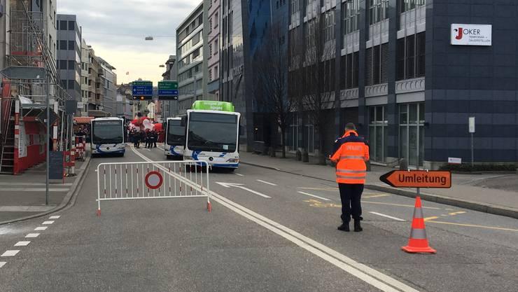 Froburgstrasse in Olten: Busse versperren die Fahrspuren, sodass es für Autofahrer fast kein Durchkommen mehr gab.