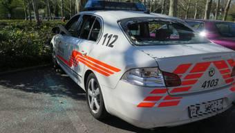 Ein Baselbieter Polizeiauto wird bei den Krawallen zerstört.