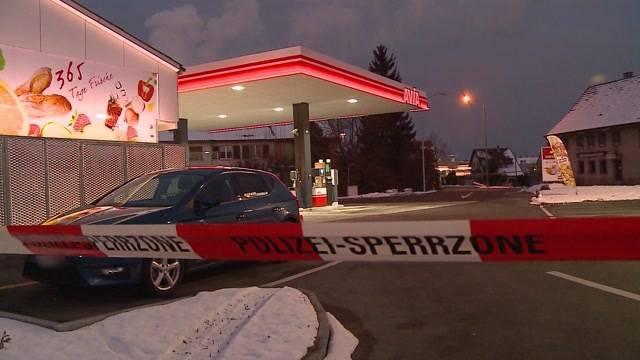 Räuber überfällt Tankstellenshop – bei Kiosk wenig später blitzt er ab