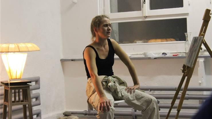 Sandra Sieber im Stück «Land ohne Worte» verzweifelt fast darüber, dass sie den Schmerz und das Leid nicht auf die Leinwand bringen kann.