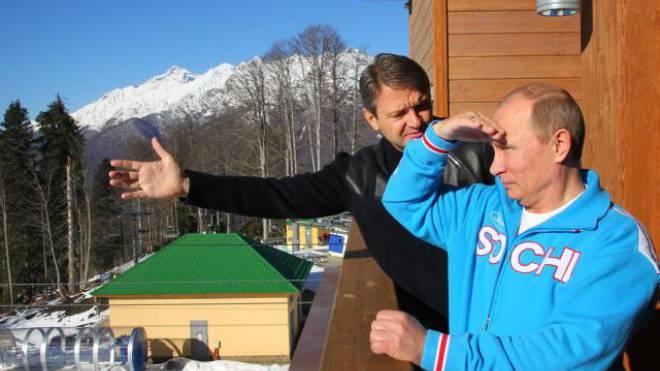 Alexander Tkatschew, Gouverneur der Region Krasnodar, erklärt Russlands Präsidenten Wladimir Putin (r.) den Fortschritt der Arbeiten in Sotschis Skigebiet. Foto: AFP