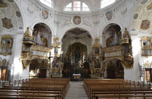 Klosterkirche Muri: Im Jahre 1027 wurde die Klosterkirche Muri erbaut. Das Kloster gehört zu den wichtigsten Kulturdenkmälern des Kantons Aargau. Noch dazu ist es hier auch im Sommer schön kühl: 18,5 Grad hat Sakristan Tony Brunner gemessen. «Am Sonntag hat ein Konzert mit 400 Besuchern stattgefunden», sagt er. «Da stieg die Temperatur auf 20 Grad.» Das sei aber das Maximum, wärmer sei es in der Klosterkirche noch nie gewesen. Dass die Temperaturen nicht höher steigen, liege an den dicken Mauern, sagt Sakristan Brunner.