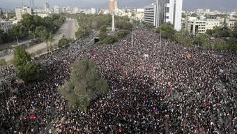 Demonstranten in Panik: Während Anti-Regierungs-Protesten in Chiles Hauptstadt Santiago ereignete sich ein Erdbeben der Stärke 6,0.