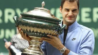 Roger Federer mit dem Pokal von Halle, den er zum neunten Mal entgegen nehmen durfte. Sein klarer Finalsieg überraschte sogar ihn selbst