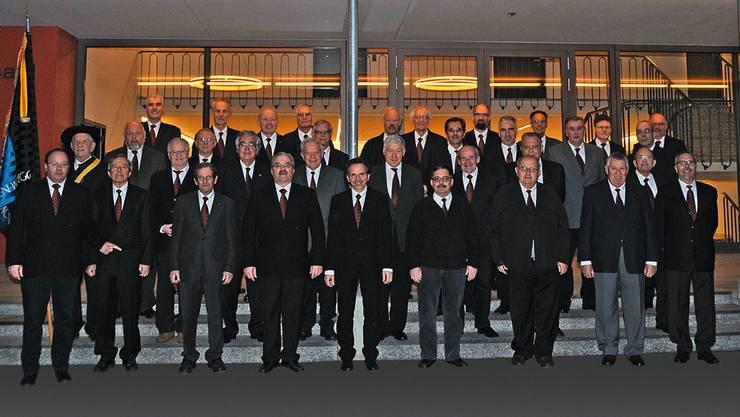 Der Männerchor Möriken-Wildegg präsentiert sich zum 175-Jahr-Jubiläum; in der Mitte vorne Dirigent Erwin Heusser. Fotos: zvg
