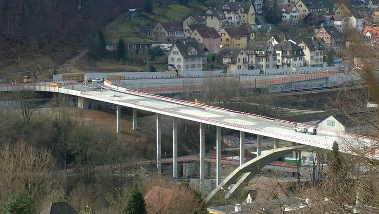 Versprach eine Verkehrsentlastung, ist heute chronisch verstopft: Die Siggenthaler Brücke 2002 im Bau.