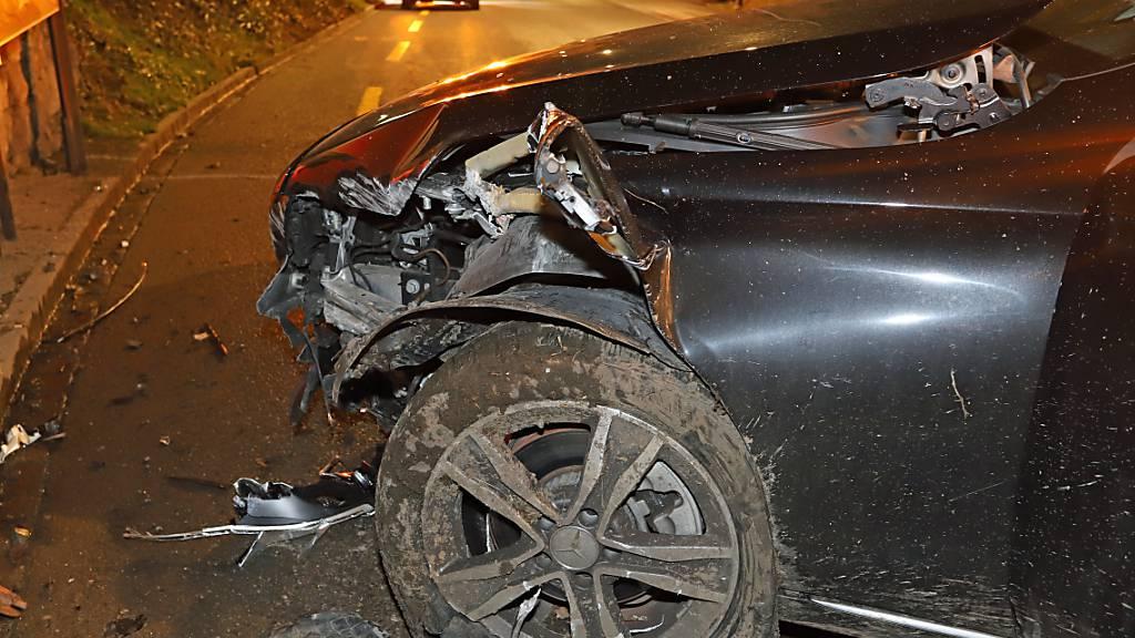 Das Autowrack nach dem Aufprall gegen einen Brückenpfeiler in St. Gallen: Der 18-jährige Lenker und zwei Mitfahrende blieben unverletzt.