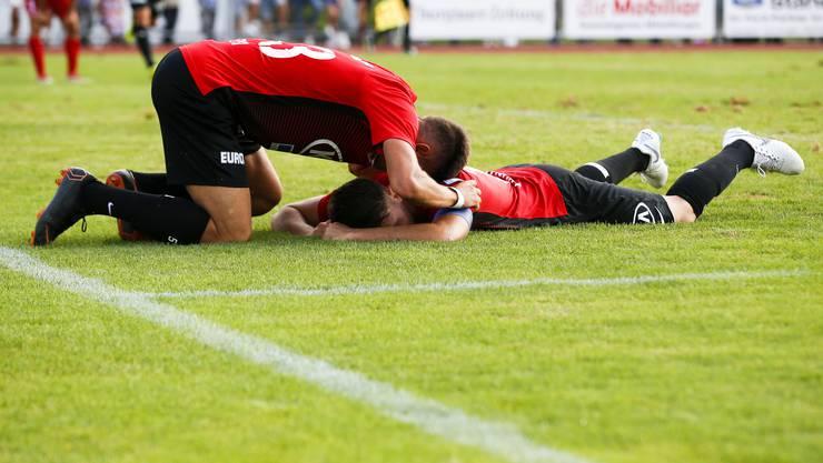 Gezim Pepsi (Aarau) jubelt mit dem Torschützen zum 1:2 Gianluca Frontino (Aarau) am Boden.