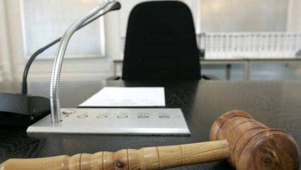 Der 22-Jährige muss sich wegen versuchter Tötung vor Gericht verantworten. (Symbolbild)