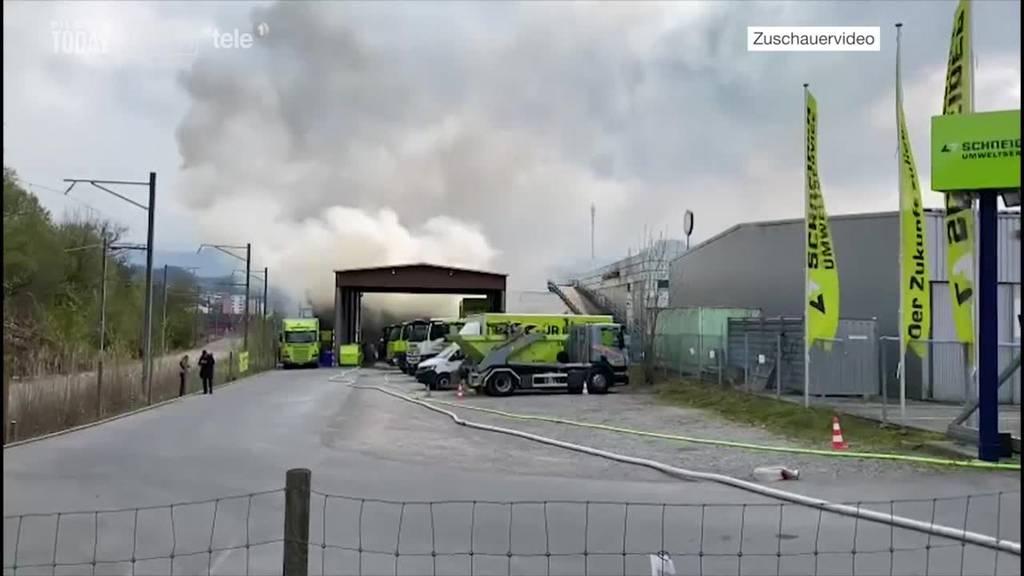 Grosseinsatz wegen brennendem Bauschutt in Recycling-Center in Kriens