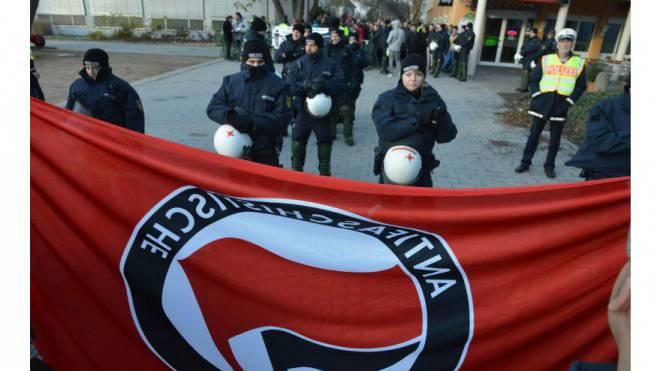 Die deutsche Polizei stellt sich in Weil am Rhein zwischen die Fronten der rechten und linken Demonstranten.  Foto: Nicole Nars-Zimmer