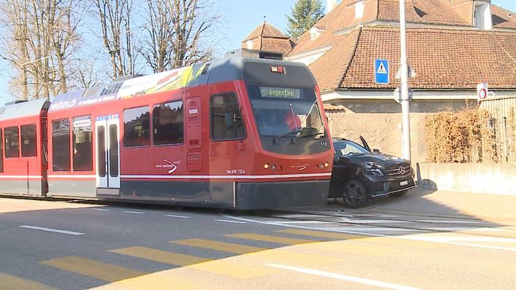 Die Lenkerin kam mit dem Fahrzeug zu weit in den Bereich der Bahn