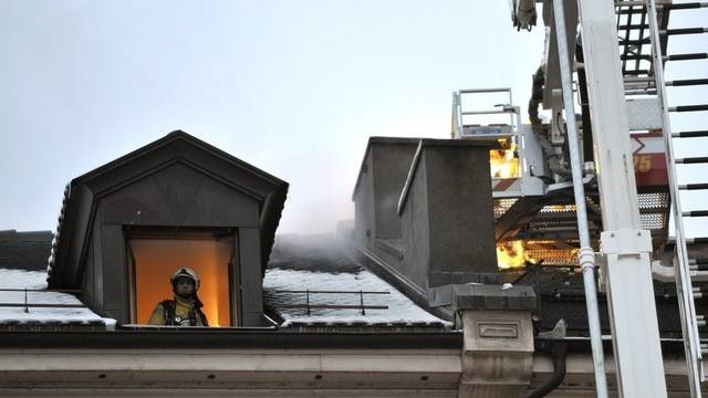 Die Feuerwehrleute löschen den Brand