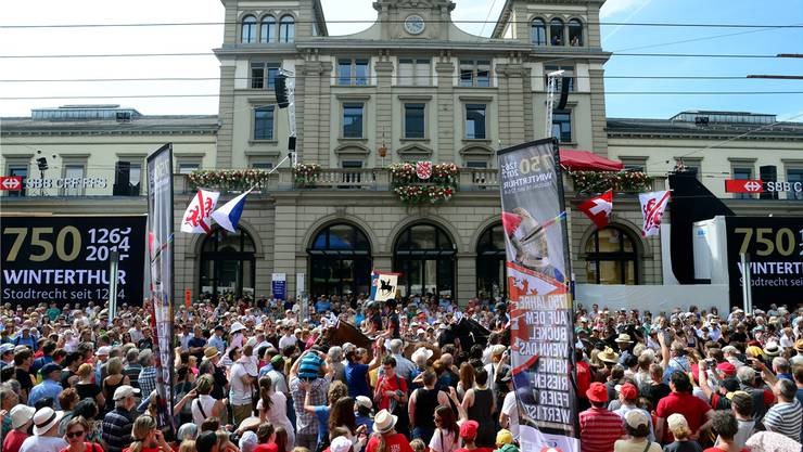Hunderte Winterthurer feierten im Juni 2014 das 750-Jahr-Jubiläum der Stadt mit einem grossen Festakt beim Bahnhof.