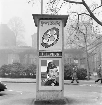 Abstimmungskampf 1959: Oben ein Plakat gegen das Frauenstimmrecht, darunter haben die Befürworter das FHD-Plakat überklebt.