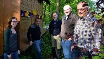 Freude an der Imkerei: Claudia Seeholzer, Bruno Heggli, Markus Müller, Peter Diya und Anton Zehnder vor dem Lehrbienenstand in Mühlau. ES