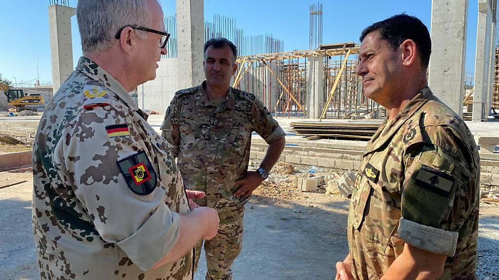 Eberhard Zorn (l), Generalinspekteur der Bundeswehr, rät vor dem Hintergrund von Spannungen im Nahen Osten zu einer verstärkten Unterstützung für die libanesischen Streitkräfte. Foto: Carsten Hoffmann/dpa
