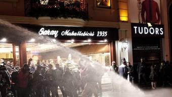 Die Polizei setzt in Istanbul Wasserwerfer ein