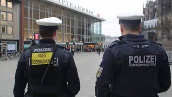 Polizisten auf dem Bahnhofsvorplatz in Köln. Tausende Beamte sollen die kommende Silvesternacht in Köln sicher machen. (Archiv)