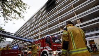 Bei einem Grossbrand in einem Wohnblock sind am Sonntag in Genf acht Personen schwer verletzt worden – darunter sechs Kinder.