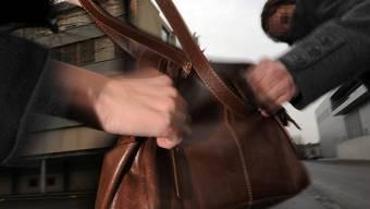 Der Mann auf dem Fahrrad wollte der Frau die Handtasche entreissen. (Symbolbild)
