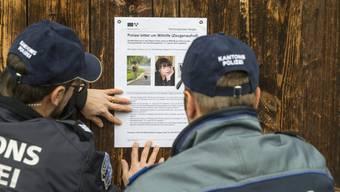 Die Kantonspolizei Aargau verteilt rund um den Tatort des Tötungsdelikts an Hildegard Enz Rivola Flugblätter an Passanten und Hündeler. Aufgenommen am 21. Januar 2019 in Aarau.