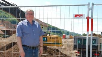 «Den Aushub quer durch die Schweiz zu karren, macht weder wirtschaftlich noch ökologisch Sinn»: Hansueli Bühler, hier 2014 vor der Rheinfels-Park-Baustelle. (Archiv)