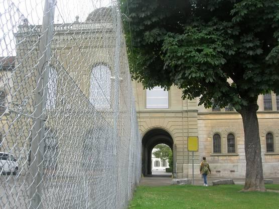 Ein Zaun trennt das Areal des provisorischen Polizeigefängnisses vom restlichen Kasernenareal ab.