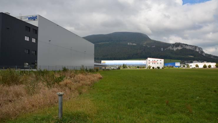 Das bestehende Gebäude von Voigt soll in Richtung in Oensingen (auf dem Bild rechts) und nach Norden in Richtung der hinten sichtbaren Jurakette erweitert werden.