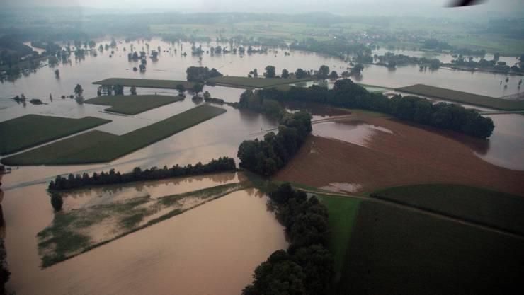 Beim Hochwasser vom August 2005 zerstörte die Reuss viel Kulturland. Toni Widmer