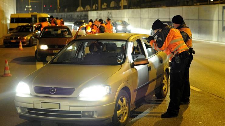 Die Kantonspolizei wird vermehrte Lichtkontrollen durchführen. (Archiv)