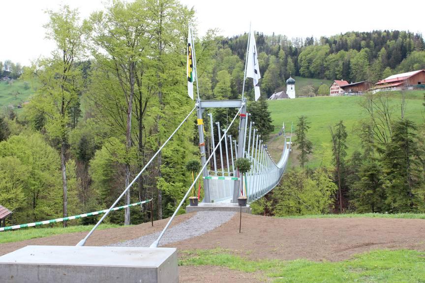 Ganz neu: Die Hängebrücke verbindet Grub AR und Grub SG. (Bild: FM1Today/Fabienne Engbers)