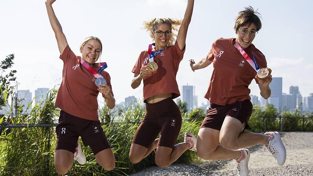 Sorgen Jolanda Neff (Mitte), Sina Frei (links) und Linda Indergand auch an der WM in Norditalien für Medaillen?