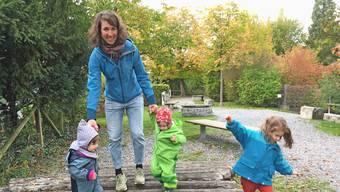 Alice Sommer mit ihren drei Töchtern beim Trottenweiher nahe ihrem Zuhause.