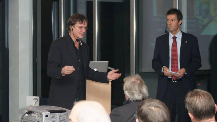 Prominenter Gastredner am Donatoren-Apéro 2011: Arno Del Curto (l.), der Kulttrainer des HC Davos, hält seinen Vortrag vor den Mitgliedern der Donatorenvereinigung. Deren Präsident Urs Schürmann steht neben Del Curto.