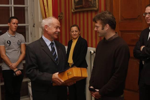 Felix Strässle (CEO Regio Energie) übergibt Erich Weber (Konservator Museum Blumenstein) ein Geschenk für seine Tätigkeit, die historischen Grundlagen der 150-Jahr-Feier aufzuarbeiten und lustvoll zu vermitteln. (Foto: Andreas Kaufmann)
