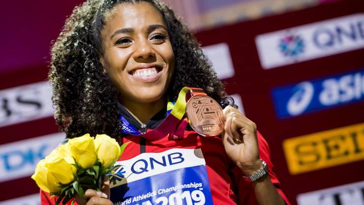 Mujinga Kambundji freut sich über ihre Bronze-Medaille.