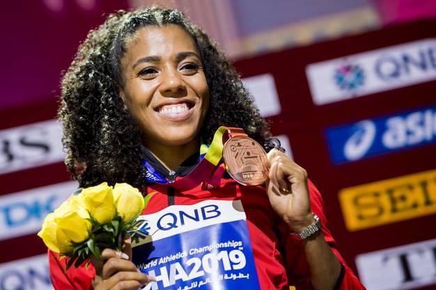 Mujinga Kambundji mit ihrer WM-Bronze-Medaille, gewonnen über 200 Meter.